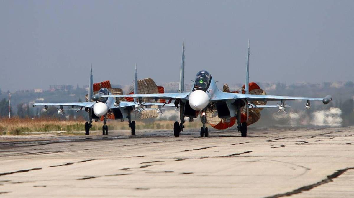 les avions de combat russe qui détruisent la caravane de camions de pétrole