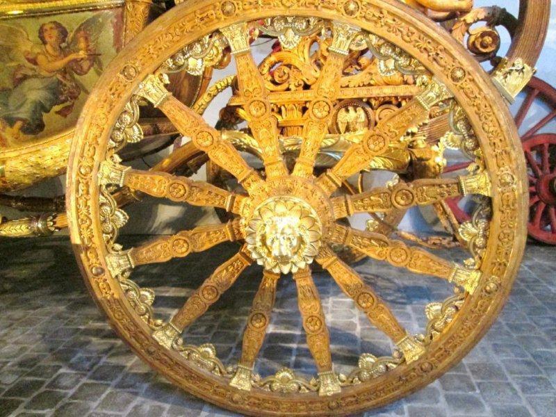 Détail des roues, chaise à porteurs et carrosse funéraire. Il a servi une ultime fois pour les obsèques du président Félix Faure.