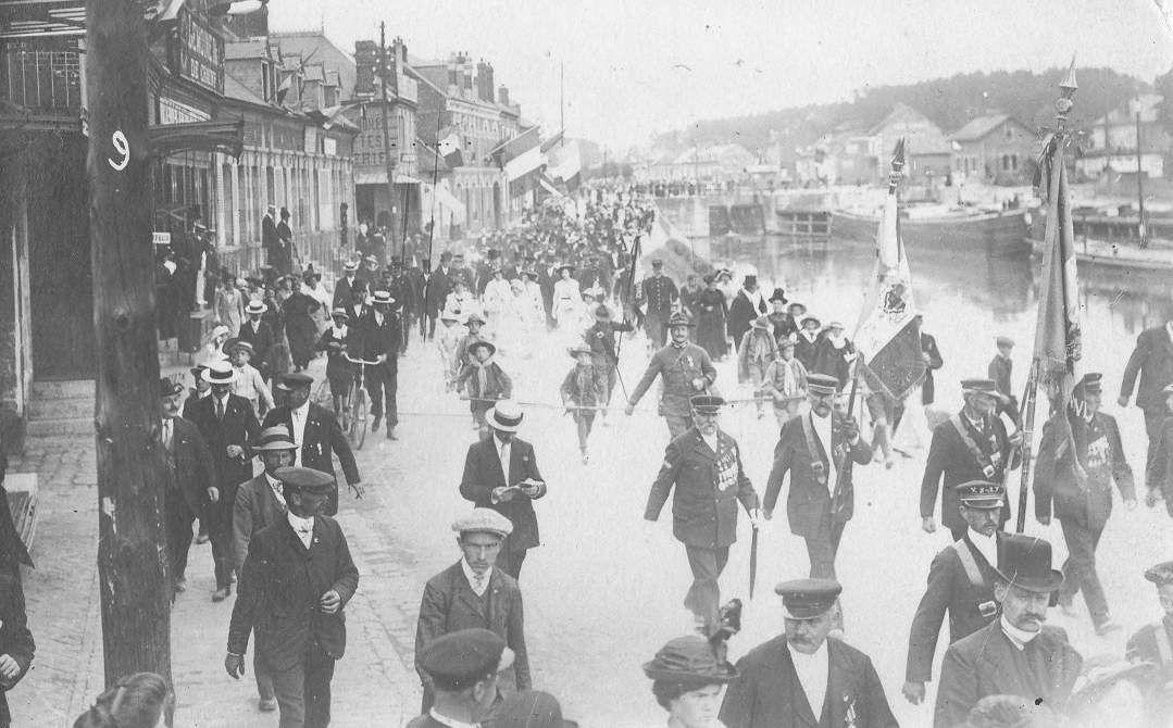 Album - le village de Longueil-Annel (Oise), l'inauguration du monument aux Morts en 1914