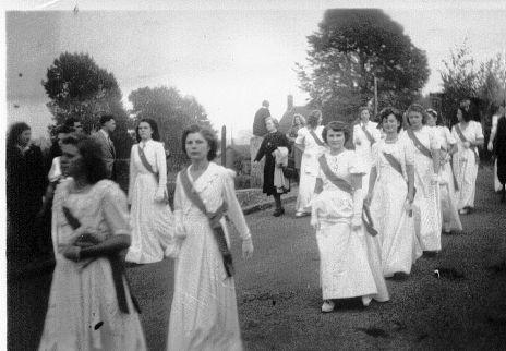 Album - le village de Thourotte, 1949, remise du bouquet provincial par les archers de Canly à Thourotte