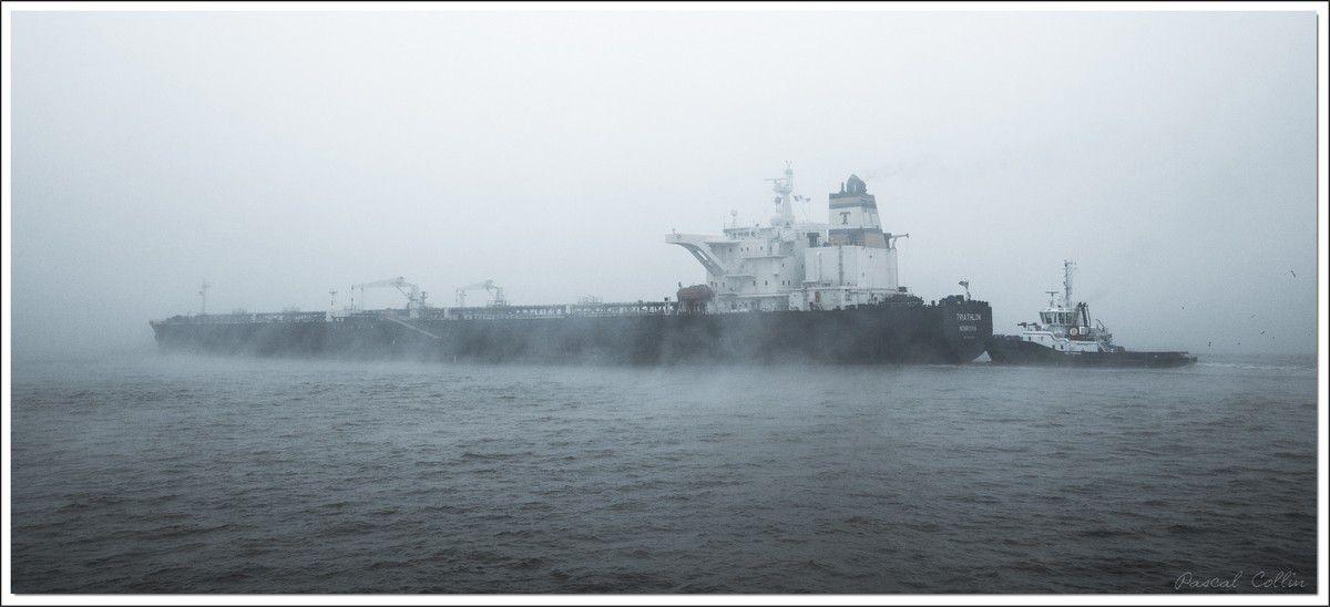 Triathlon, un tanker dans la brume hivernale