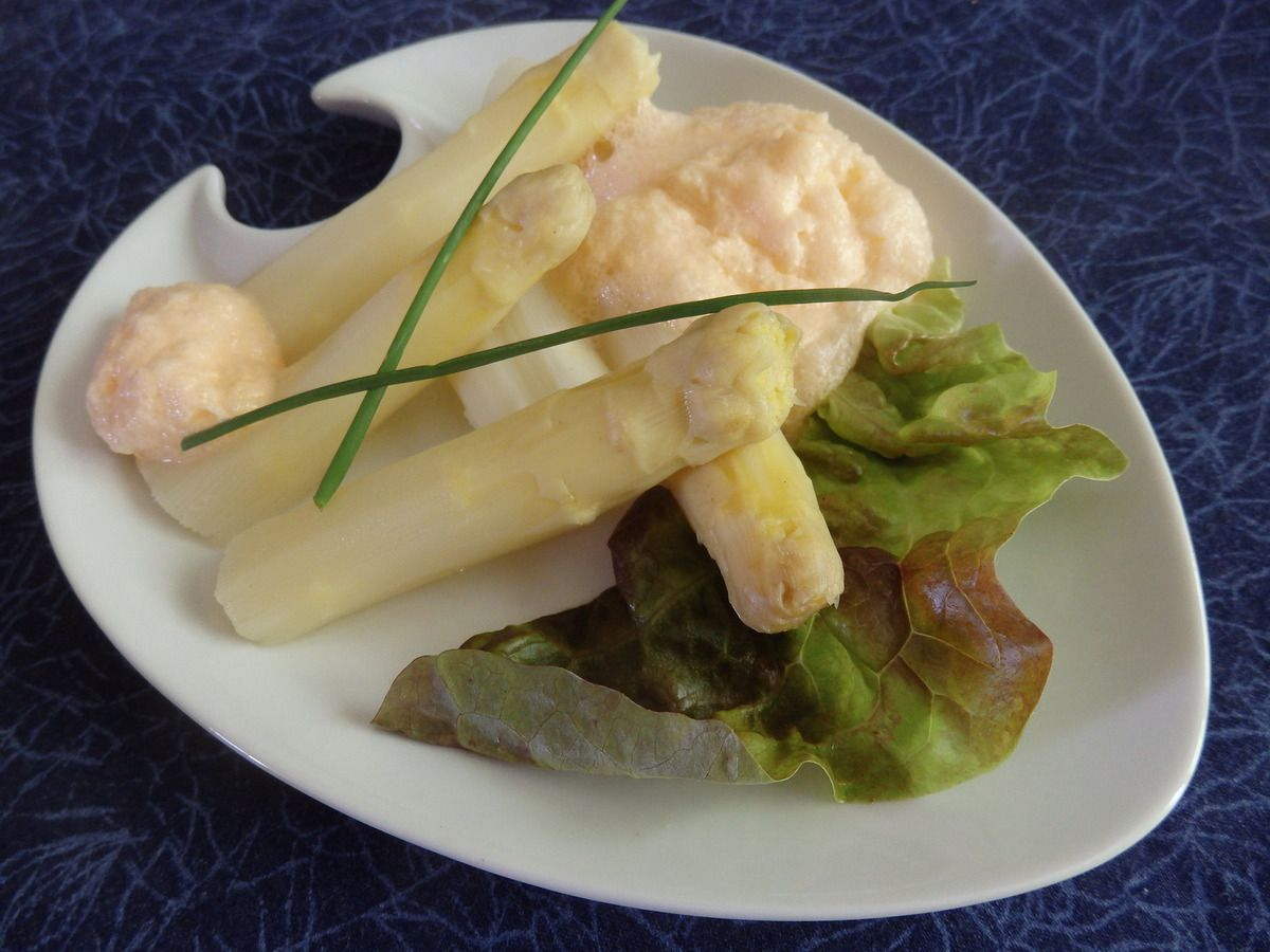Asperges blanches, émulsion de pamplemousse rose de Guy Martin