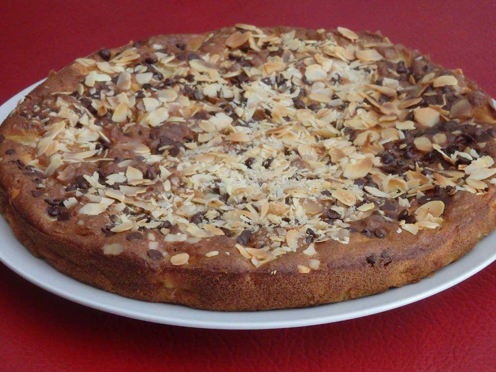 Gâteau riche en pommes à la vanille, au rhum, aux pépites de chocolat et amandes effilées