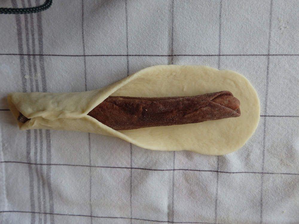 Pâte claire à enrouler sur le boudin de pâte marron foncé