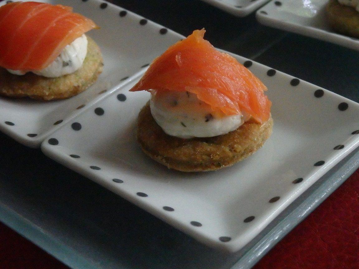Cookies de fromage ail et fines herbes au saumon fumé