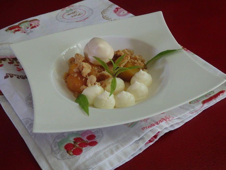Pêche pochée dans un sirop de verveine, crémeux vanille et crumble