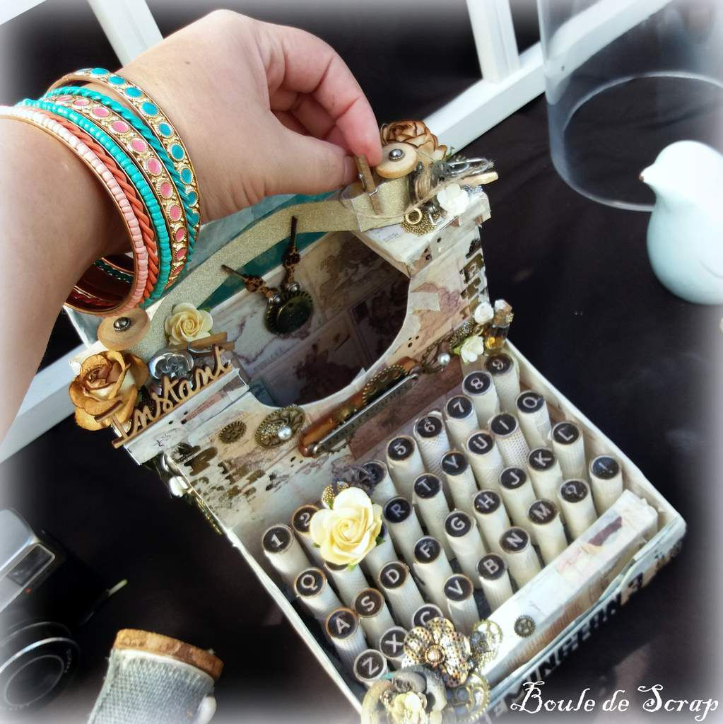 Machine à écrire vintage et son mini album pour les enchères de Give Your Scrap