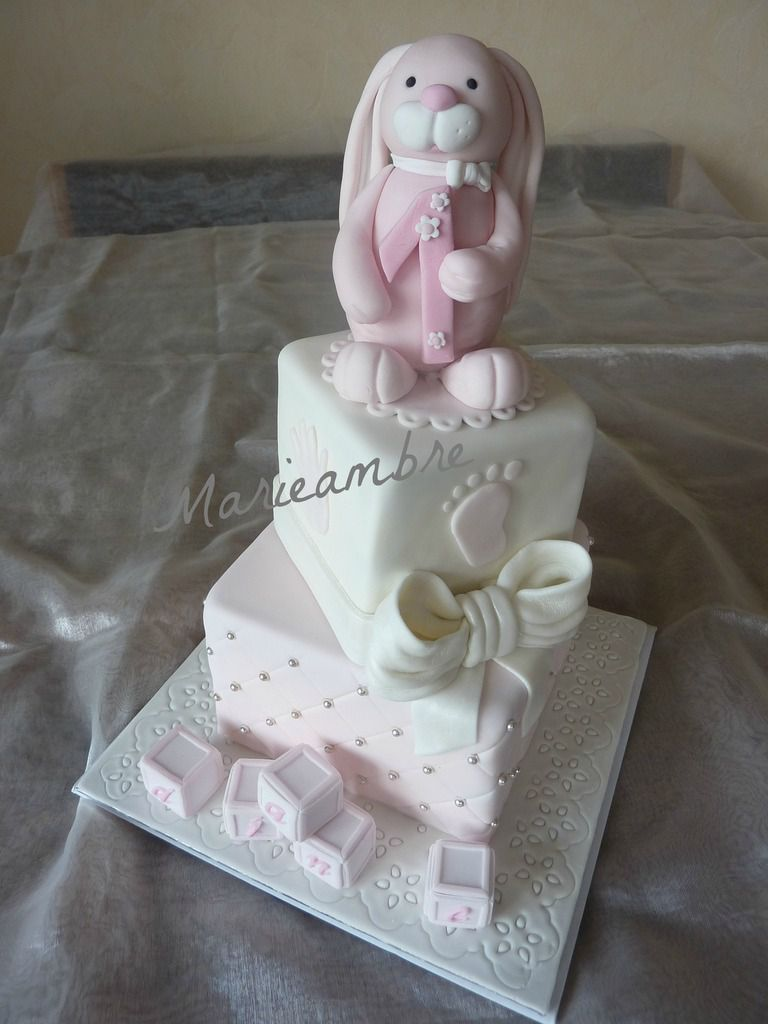 Un gâteau aux couleurs tendres pour l'anniversaire de la petite Diane. Biscuit Molly, curd fraise et crème au beurre meringue suisse vanille.
