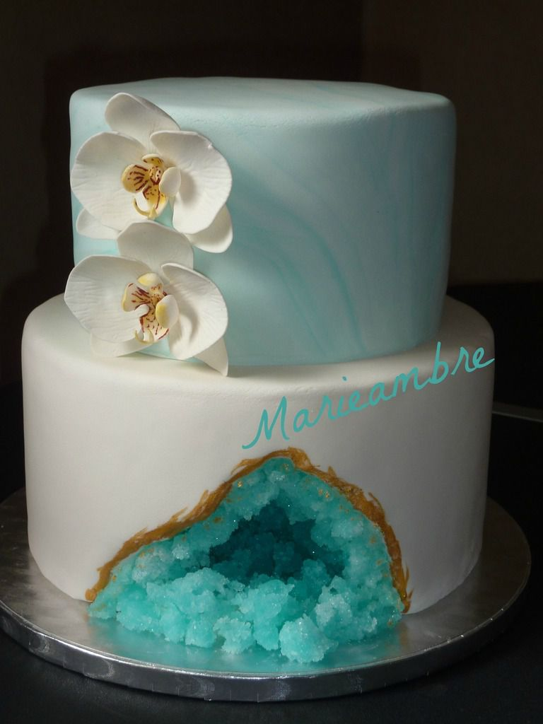 """Pour les 21 ans de ma fille, je voulais un gâteau très féminin. Ce n'est pas moi qui ait créé ce modèle mais """"The cake project"""". J'aime le côté précieux des géodes, l'effet marbré et bien sûr les orchidées. C'est un gâteau au chocolat et ganache mogador (chocolat au lait, purée de fruits de la passion)"""