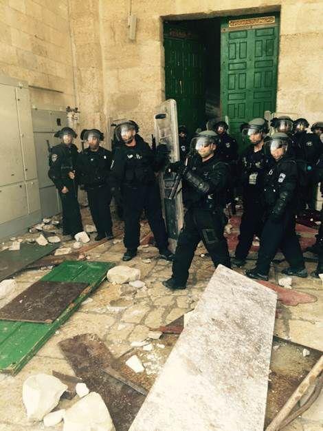 Les Juifs prient, les Arabes déclenchent une émeute sur le Mont du Temple