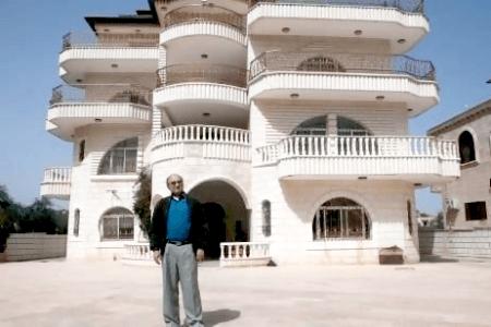 Ahmed Kassem devant sa villa de Turmus Ayya, 105