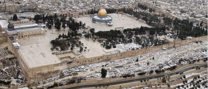 """Le Mont du Temple, un plateau de 14 hectares est l'esplanade construite pour soutenir le Temple juif de Jérusalem, elle est constituée de l'empilage de rochers de forme parallélépipédique, les uns sur les autres, comme on peut le voir distinctement en observant le Mur occidental, le Kotel ou """"mur des lamentations"""""""