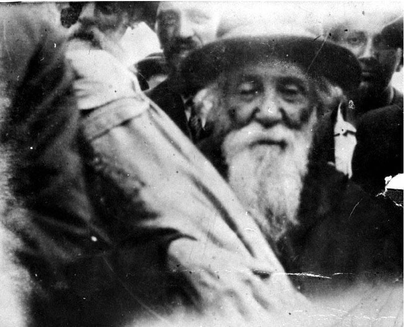 Yad Vashem : The Rabbi of the City Carrying a Torah Scroll on his Way to a Deportation Train, Iasi, Romania, June 1941