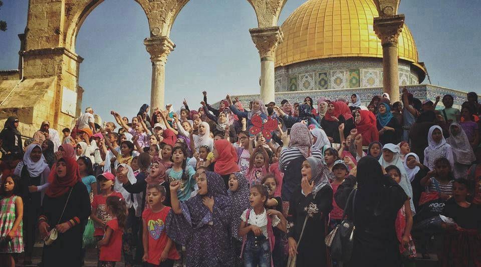 """Les Arabes palestiniens utilisent les femmes et les enfants pour harceler les visiteurs juifs (et parfois touristes) en particulier le groupe de femmes Marabitoun payées à la journée pour le travail qui consitste à hurler par des cris stridents insupportables """"Alawakbar"""", elles ont récemment été interdites mais reviennent quand même régulièrement..."""
