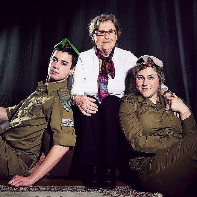 Eva Ginsburg, 85 ans avec ses petits-enfants Roni 23 ans et Gaye 21 ans