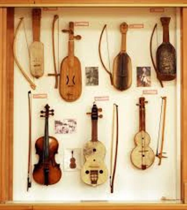 Les instruments à cordes frottées avec archets dans des musées .Du rabeb au violon moderne.