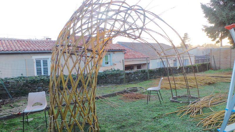 Construction des dômes en osier.