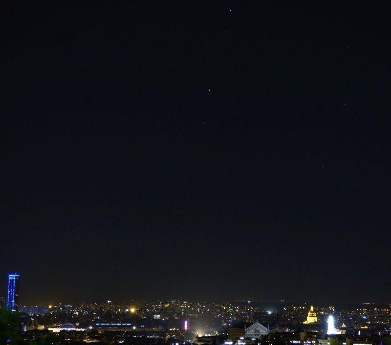Alignement - de haut en bas - de Saturne, Mars et Antarès au dessus de Paris et du Palais Garnier le 24 août 2016 à 22h09