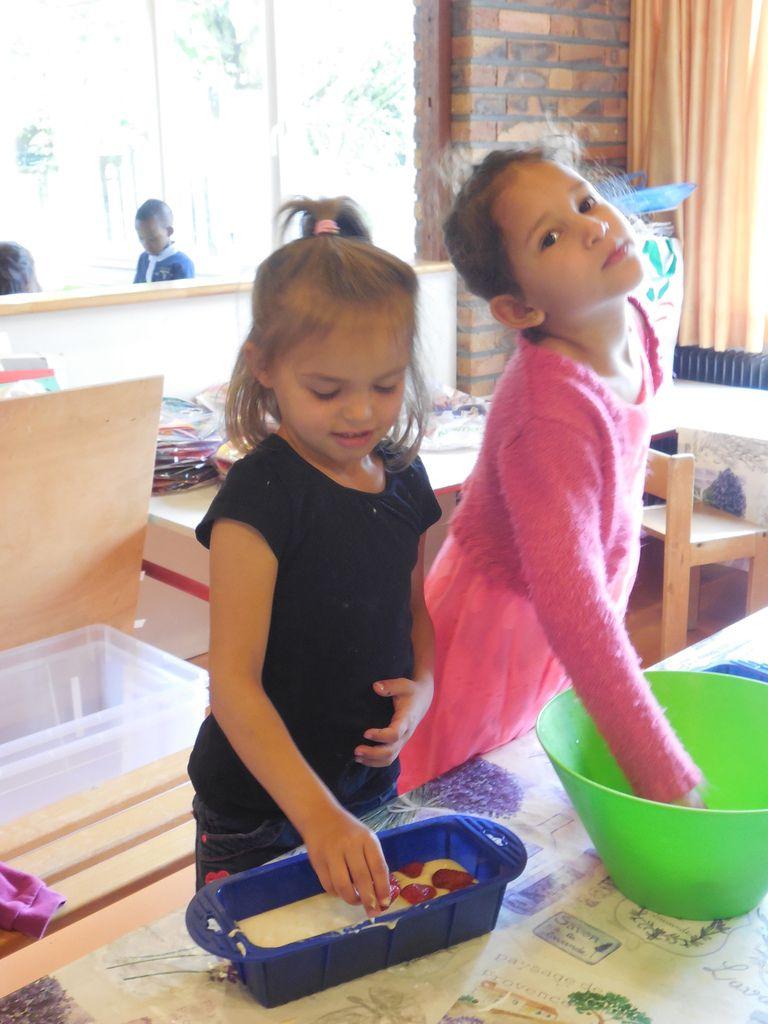 Jeudi 28 mai, nous avons fêté l'anniversaire de Hadjer, Noémie, Rayan, Louna et Morgane autour de délicieux gâteaux aux fraises.