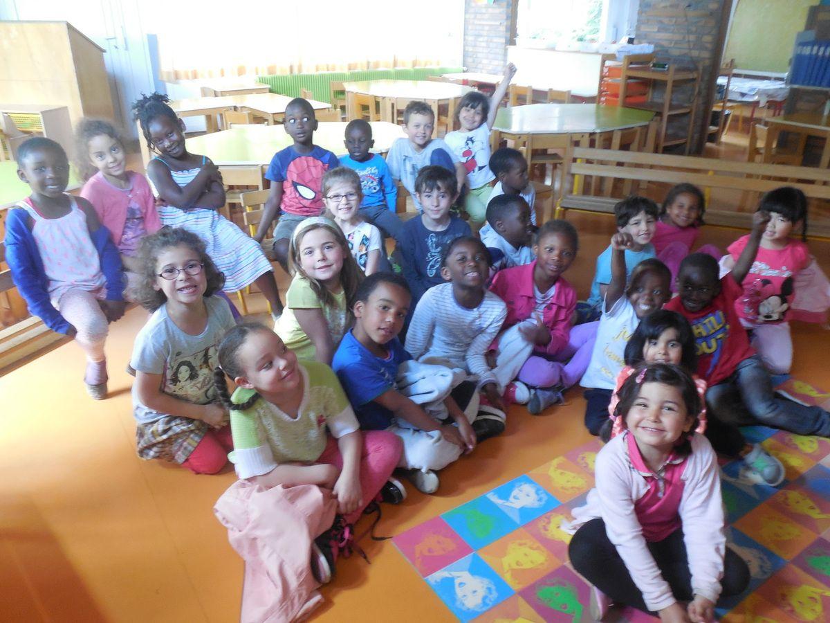 Le 9 et le 16 juin, les Gs sont allés travailler avec les CP à l'école des Cahouettes et les CP sont revenus à la maternelle pour nous raconter leur année et nous montrer qu'ils savent lire.