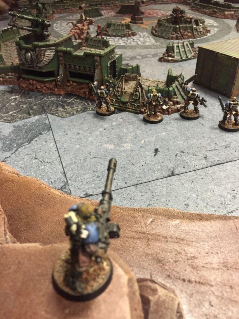 Le sergent Lebanner adressa un hochement de tête approbateur au novice Rodrigez, tenant fièrement son autocanon encore fumant en direction des hérétiques.