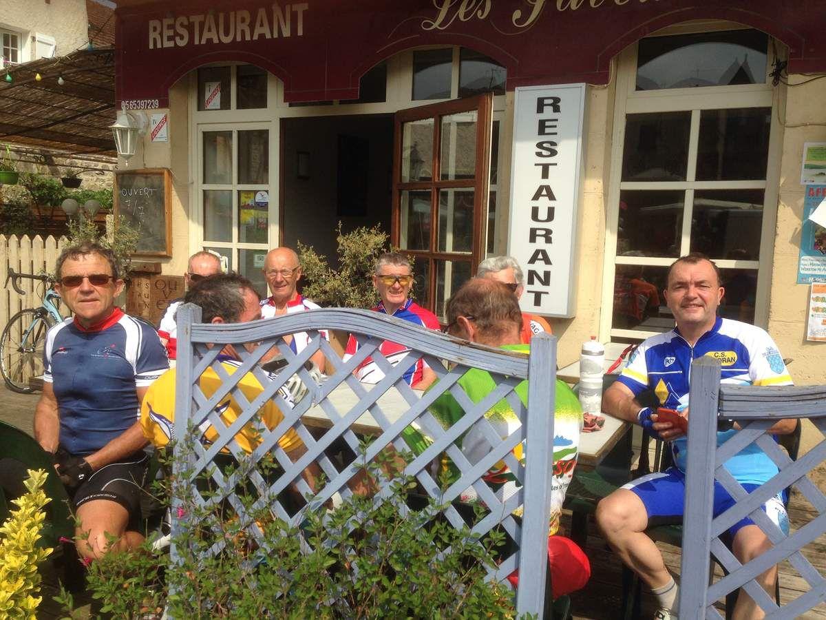 Arrêt réhydratation au très beau village de Bretenoux, ou c'était jour de marché.