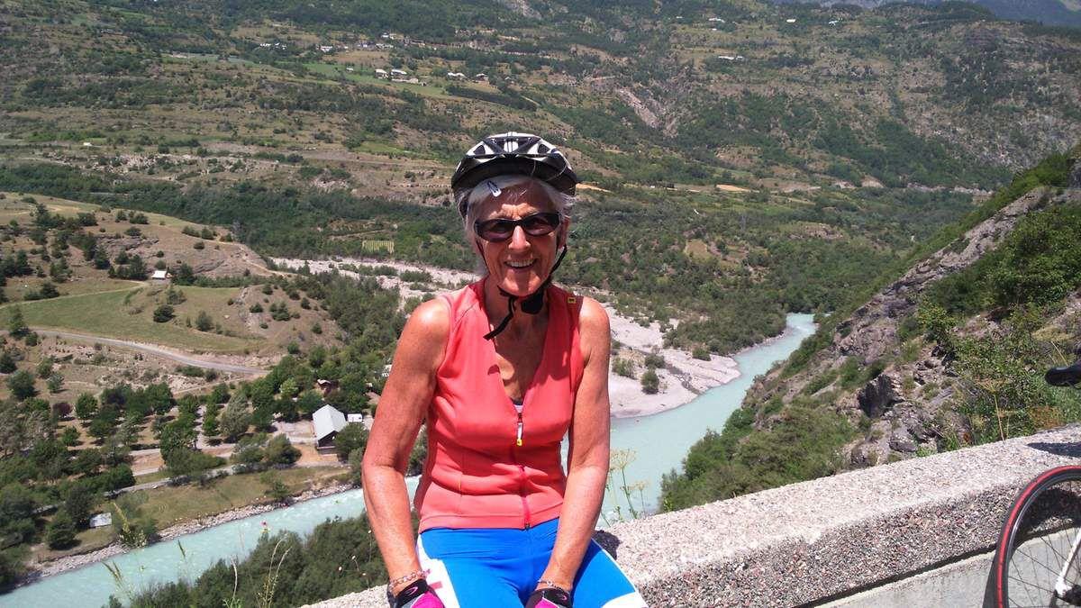 Sur la route en balcon, vue sur les eaux turquoises de la Durance.
