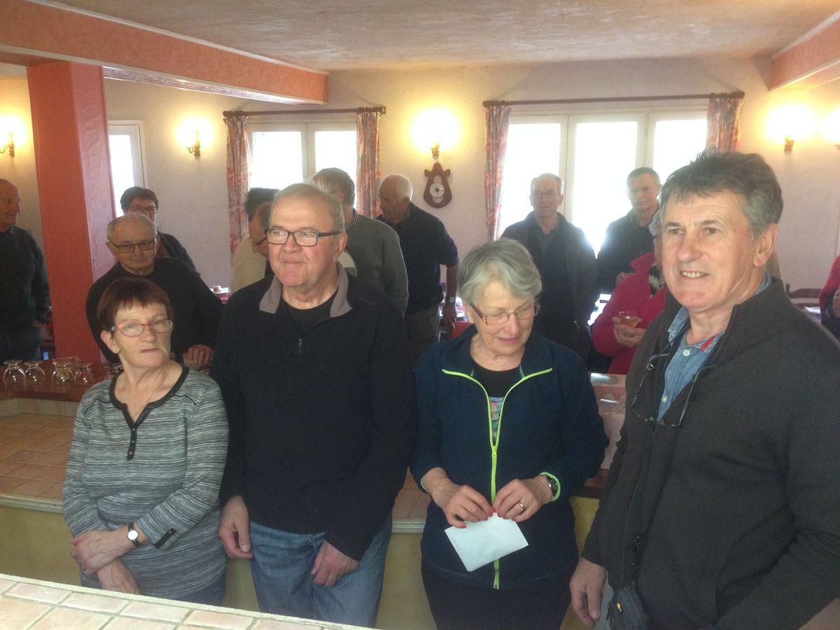 A D, Gene et Jean Claude ,les organisateurs de cette semaine, assistés de Christiane et Guy, ...pour le ravitaillement et l'intendance.