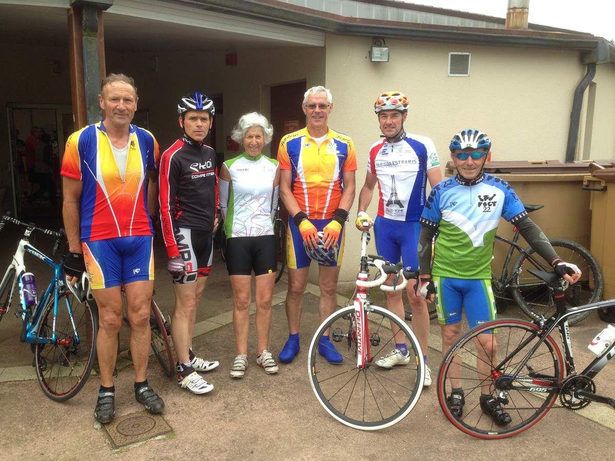 Groupe de Loudéaciens, au retour à Plémet, après des randos de 80 ou 60 kms.