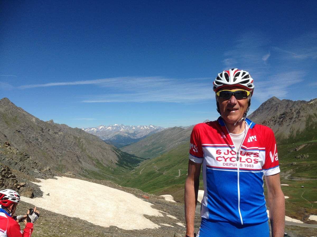 Au sommet du col Agnel,avec Nathalie, cyclote parisienne très affutée, à la  borne frontière, et vue côté français, au fond, le massif des écrins.