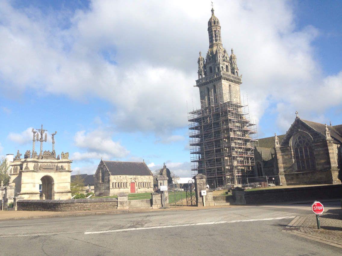 Enclos de Pleyben, calvaire, ossuaire, église St Germain ( importants travaux de consolidation et de rénovation en cours).