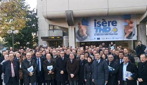 Les acteurs d'Isère THD, avec les maires isérois