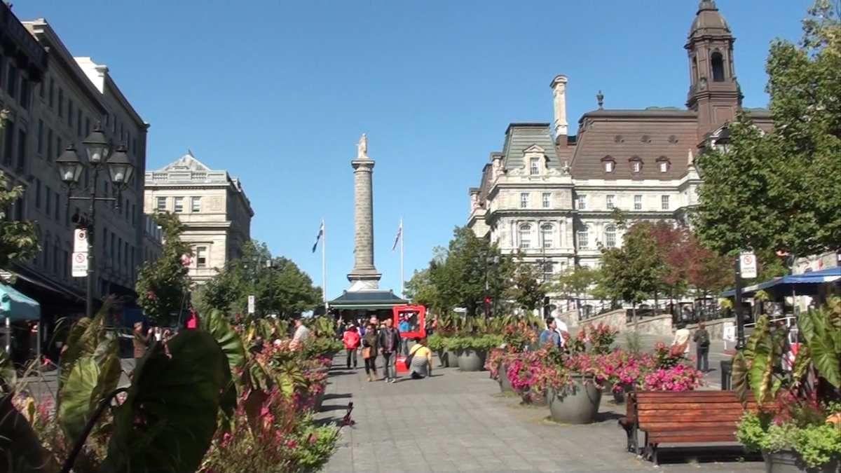 Hotel de Ville Place Jacques Cartier calme le matin plus animée vers 12h