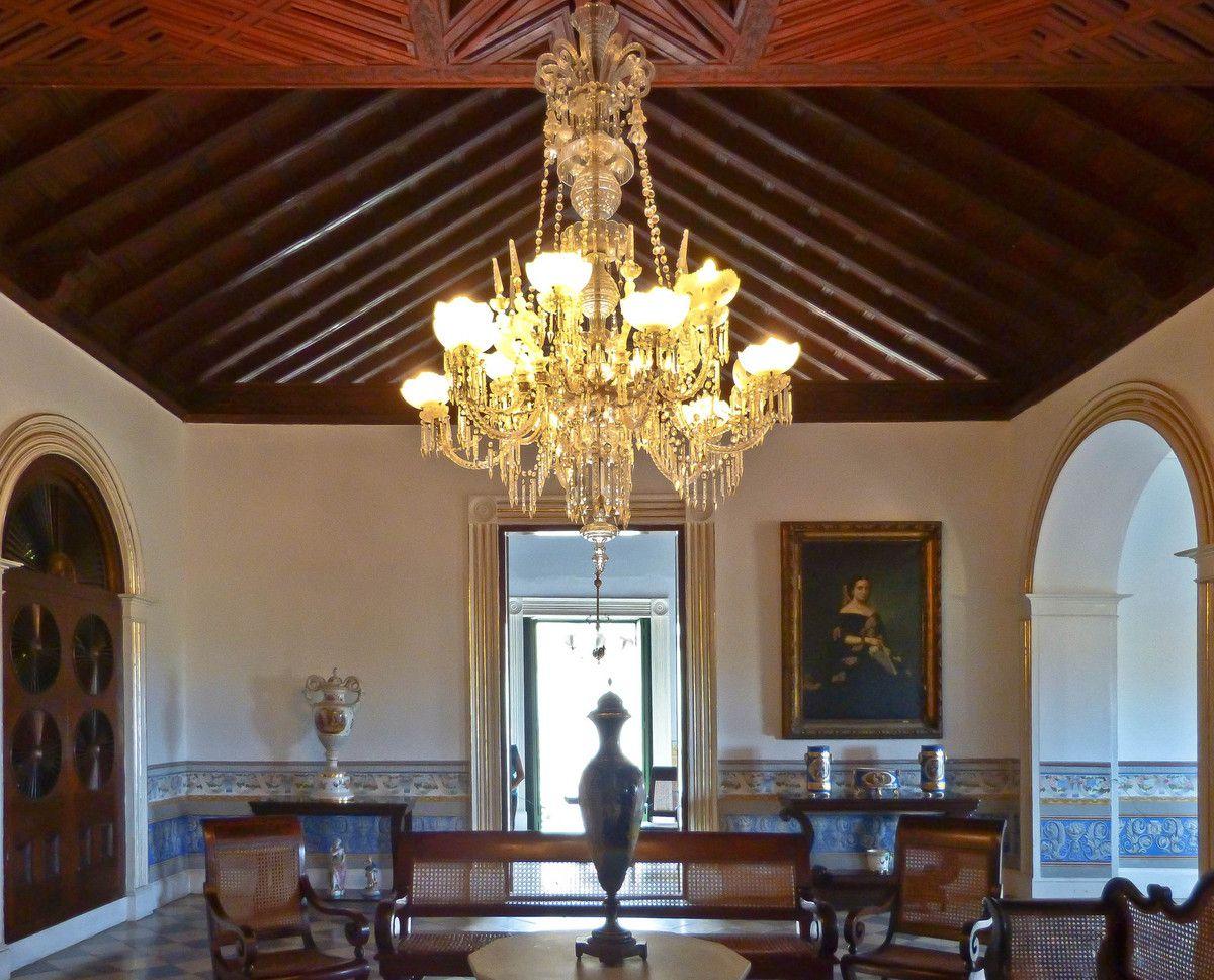 Le salon avec son plafond en cèdre et son lustre en cristal de Bohême
