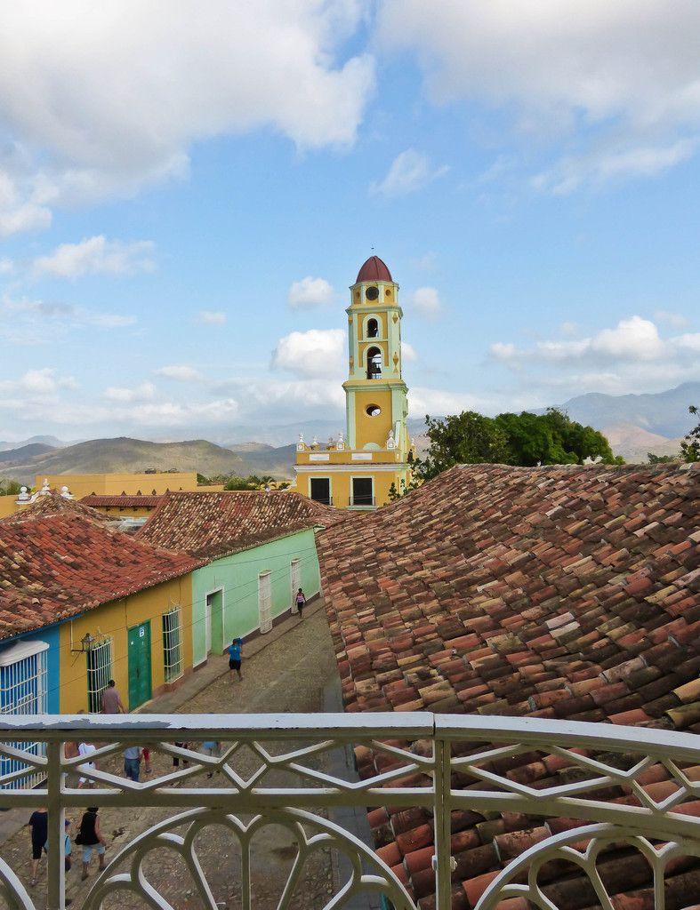Vue sur la Plaza Mayor et la mer et vue sur le Convento de San Francisco de Asis et le massif de l'Escambray