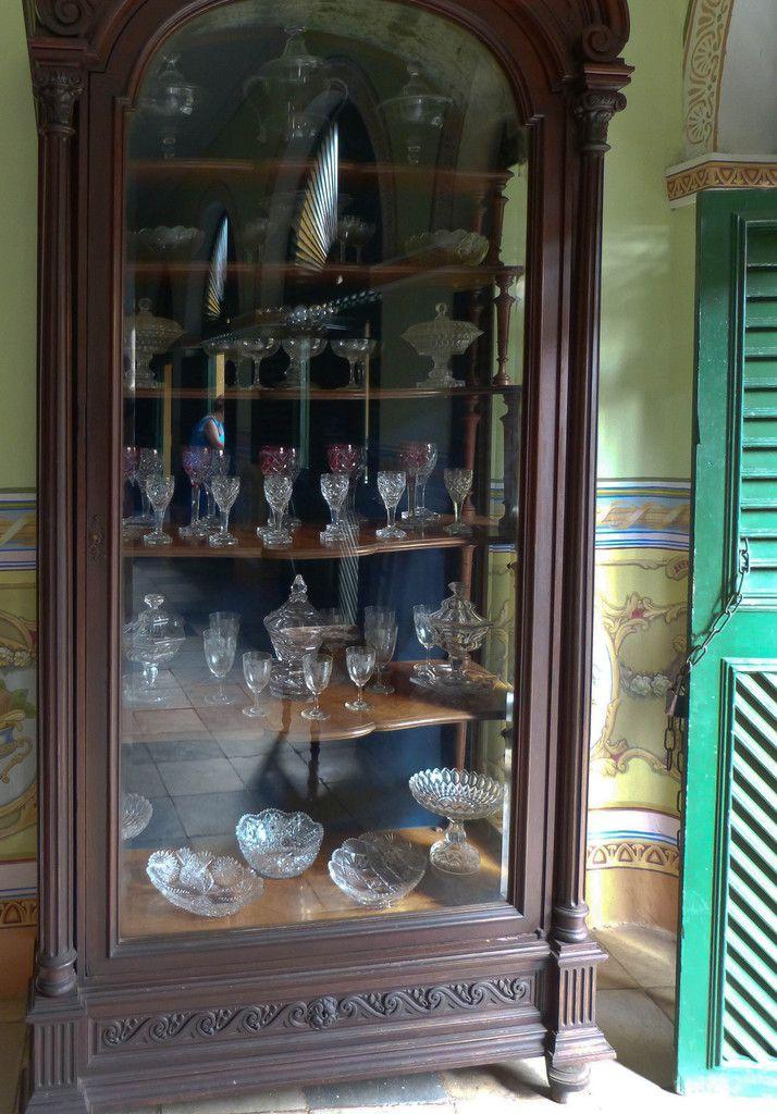 La salle à manger avec sa vitrine aux cristaux de Bohême, Baccarat et Bristol