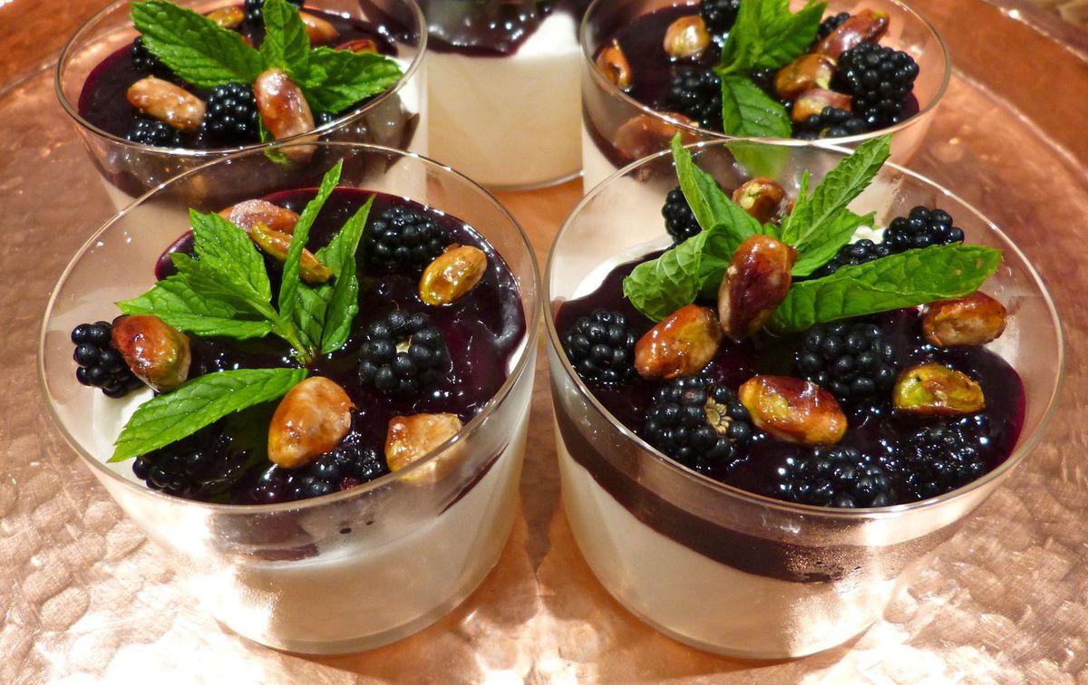 Blanc-manger aux mûres et aux pistaches caramélisées
