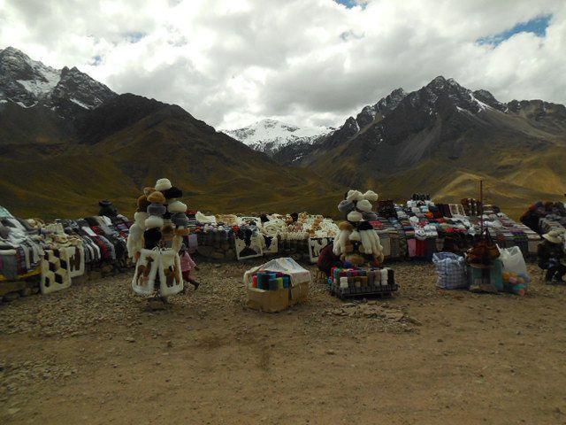 Le col de la Raya où des femmes vendent leur artisanat (tapis en laine de lama)