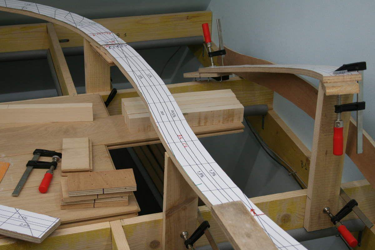 Les tronçons de plateforme sont assemblés par le dessous avec des chutes de CP15.