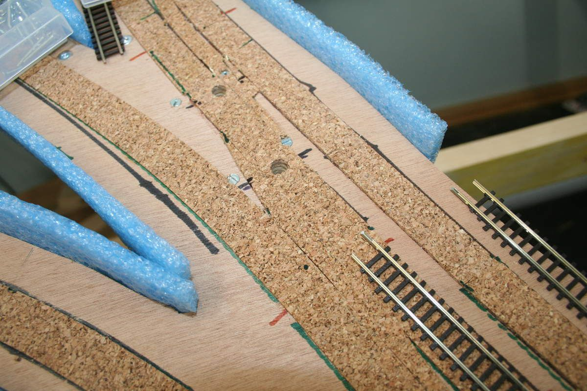 Un calibre en papier sert à percer la plateforme pour les fils et l'axe de commande des lames.