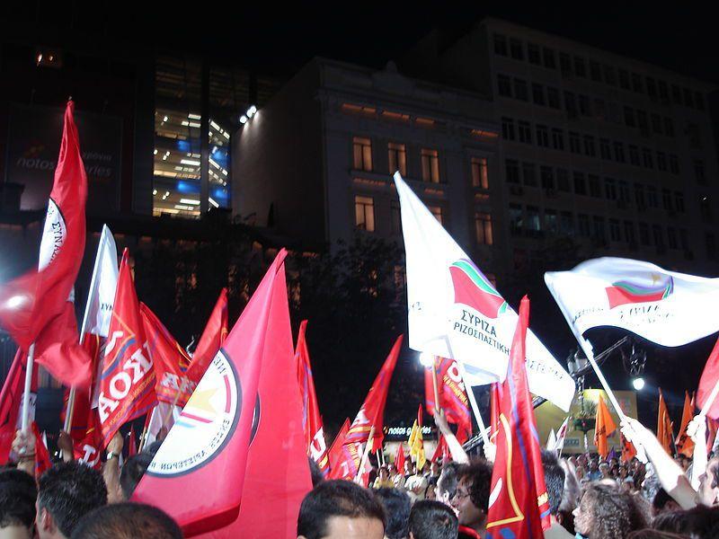 Muy mala foto de una manifestación de Syriza, el partido de Tsipras&#x3B; pero, es caballo regalado por Michalis Famelis.