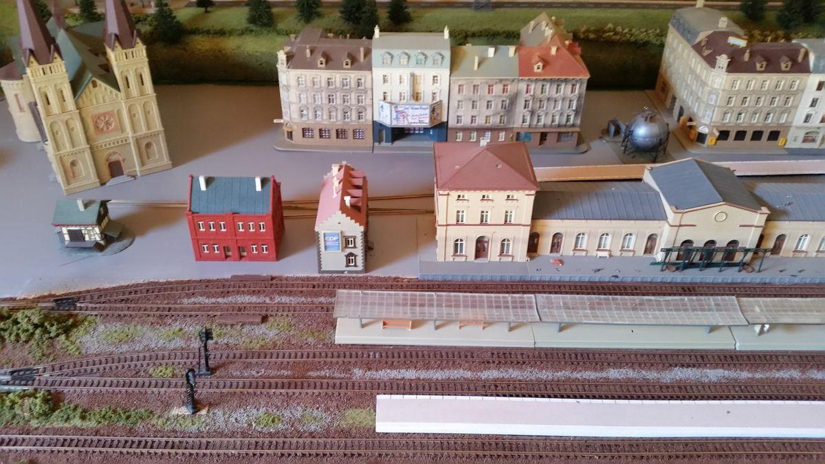 Vue d'ensemble de la gare principale en aménagement.    à suivre...
