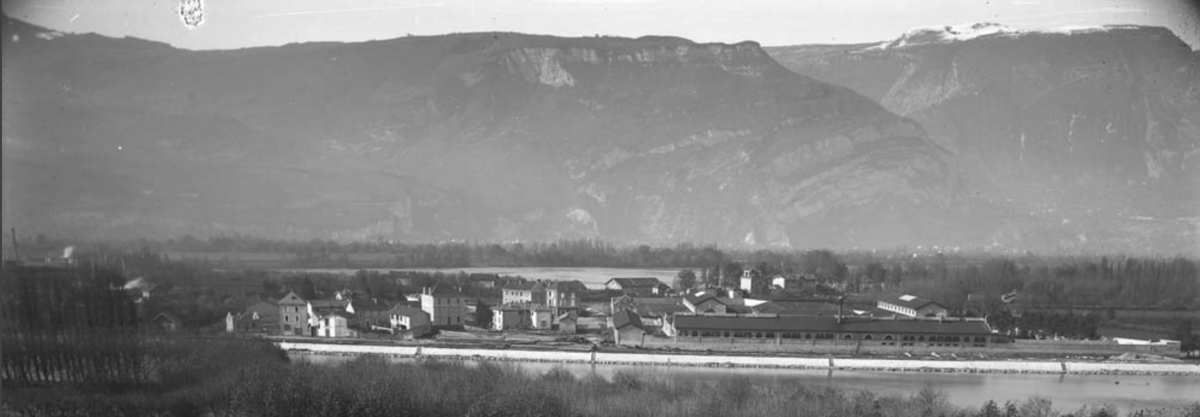 Vue générale depuis la rive gauche de l'Isère
