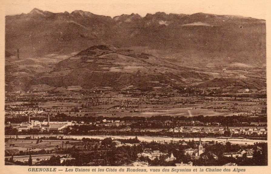 Vue générale depuis Seyssins (rive gauche du Drac) - er plan  à gauche l'usine à droite la cité de la Viscose à Echirolles