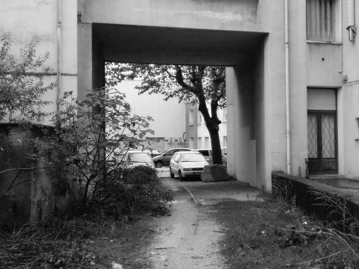 Quartier des Alliès: voie ferrée abandonnée avec passage sous un immeuble d'habitation