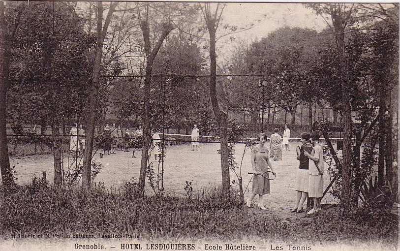 Les cours de tennis de l'hotel Lesdiguières  (entre 1920 et 1930)