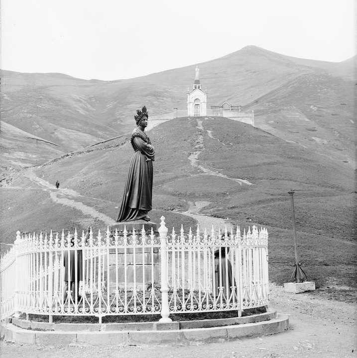 la vierge et en arrière plan la montagne