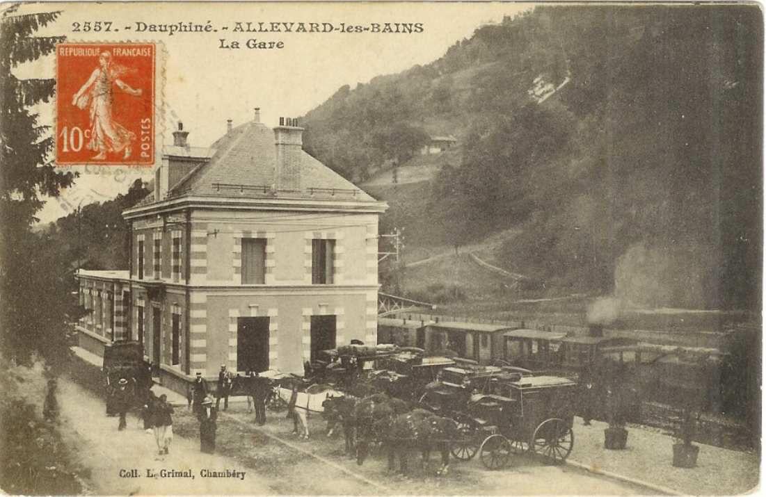 Gare d'Allevard (4) : les voitures sont prêtes pour aller à l'hotel ou .... au casino