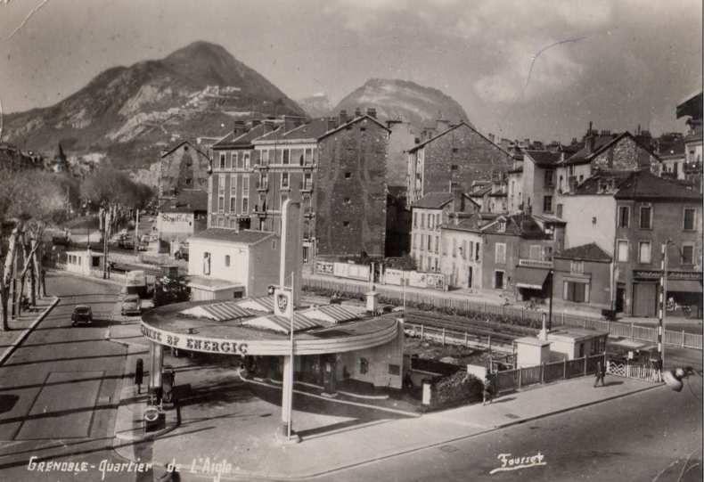 Quartier de l'Aigle - La station d'essence a été remplacée par un Mac Do (autre époque...)