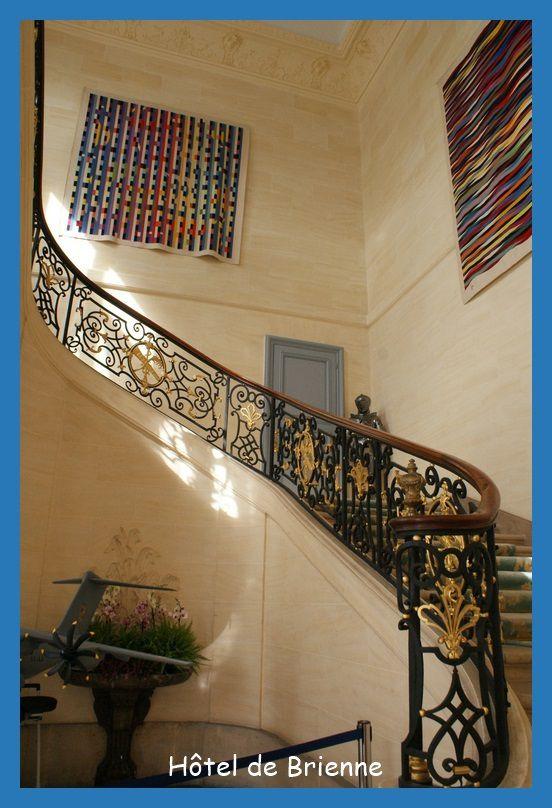 """Le grand escalier, rampe de """"serrurerie"""" d'origine."""